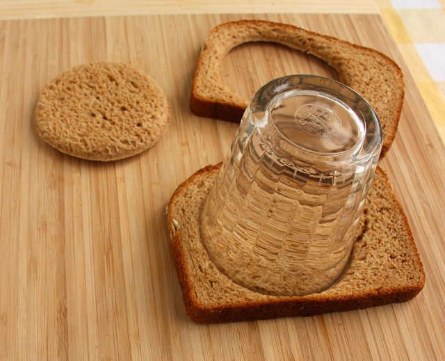 Cut circles from the bread
