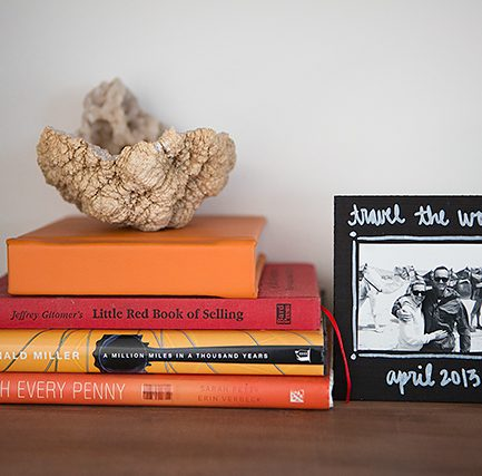 Love the modern look of this DIY chalkboard frame. Would be fun for kids to make or as a hostess gift too!