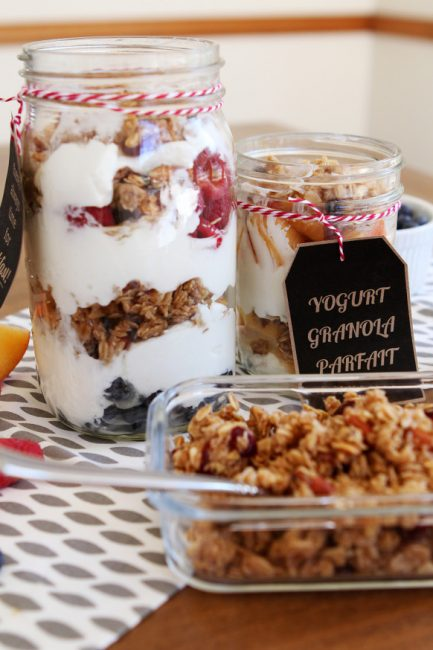Portable granola and yogurt breakfast - so good when you're on the run! (Free printables for giving as a gift too.)